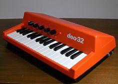 旧チェコスロバキアのミニオルガンPolySoundのモノフォニック(単音発音)バージョンdeo-23です。PolySound同様ビブラートエフェクト、1種...