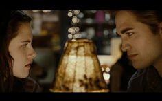 """1. """"Eu não tenho mais forças para ficar longe de você"""" (Crepúsculo) - Na primeira vez que Edward e Bella ficam sozinhos, num restaurante em Port Angeles, em """"Crepúsculo"""", Edward acaba fazendo uma declaração de amor que vai ficar marcada como uma das mais lindas da saga. Depois de tentar driblar as perguntas da amada, ele finalmente confessa que pensa muito nela. A resposta de Bella não poderia ser melhor: """"Então não fique"""". Own!"""