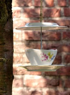 Make a teacup birdfeeder / Maak zelf een vogelvoeder van theeservies - tuinieren.nl #diy #zelfmaken