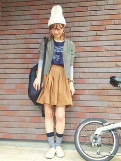 Tシャツ:journal standard・ スカート: shinzone・ ニット帽:shinzone・ 靴:adam et Rope'