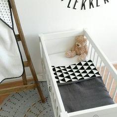 Zo leuk om al jullie stofcombinaties te maken bij de custom made producten!  Hier een wiegdeken van grijze wafelstof met zwart witte driehoekjes♡ www.noez.nl