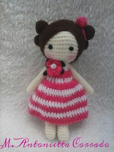 Patrón amigurumi gratis de muñeca con flor en el cuello. Espero que os guste tanto como a mi! Idioma: Italiano Visto en la red y colgado en mi pagina de facebook: Os pongo también su foto para que … Crochet Dolls Free Patterns, Crochet Doll Pattern, Amigurumi Patterns, Amigurumi Doll, Crochet Diy, Crochet Cross, Love Crochet, Amigurumi Tutorial, Doll Tutorial