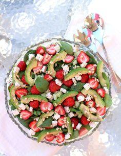 Sommarsalat med jordbær - LINDASTUHAUG Caprese Salad, Cobb Salad, Indian Food Recipes, Nom Nom, Side Dishes, Grilling, Bbq, Food And Drink, Lunch