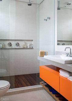 Cores no banheiro deixa o ambiente mais alegre.