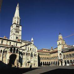 Cathedral-Torre-Civica-and-Piazza-Grande =World Heritage Site: Italy - Modène est située dans la plaine du Pô au croisement de l\'antique via Aemilia qui reliait Plaisance à Rimini et de la route qui mène au col du Brenner. L\'histoire de Modène entre le 11ème et le 12ème siècle s\'articule autour de la présence de trois institutions.