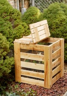 How to make a wooden composter in 7 steps Wooden Compost Bin, Potager Palettes, Palette Garden, Palette Diy, Pallet Projects Diy Garden, Garden Compost, Gardening, Vegetable Garden Design, Diy Pallet Furniture