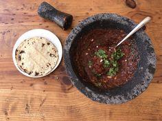 Hoy les comparto la receta de otra salsa con chile morita. En mi casa, la salsa no puede falta y mas desde que compre mi molcajete. Aquí les dejo la receta de esta rica salsa roja para acompañar unos tacos, memelas Oaxaqueñas, tostadas, etc. Ingredientes...