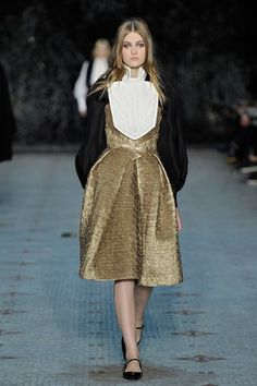 See the complete Dice Kayek Spring 2016 Couture collection.