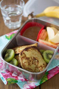 Deze lunch is echt ontzettend makkelijk te maken, maar wel een feestje wanneer je het op mag gaan eten: bananenpannenkoekjes met appel en een dip van notenpasta. Ja, pannenkoekjes als lunch! Heel leuk voor kinderen…