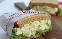 Sándwich de ensalada de huevo con pollo