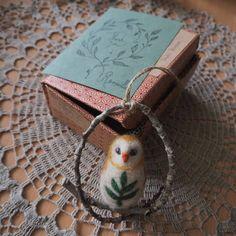 Little owl before starting his journey to a new home.🍃 #needlefelting #felting #etsy #etsypackaging #etsyseller #etsysellersofinstagram #etsyshop #etsyorder #packaging #packagingart #snailmail #owl #handcraft #pöllö #posti #käsityö