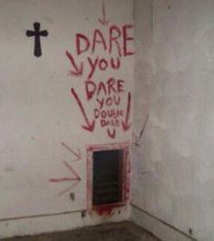 QUI a écrit ce message dans une église abandonnée? | 18 photos inexpliquées qui vont vous faire flipper