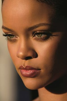 Robyn Rihanna Fenty - Rihanna for Fenty Beauty. Best Of Rihanna, Rihanna Style, Beautiful Lips, Beautiful Black Women, Girl Face, Woman Face, Glow Skin, Mime Makeup, Black Girl Aesthetic