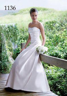 Draperet brudekjole i satin med perler.