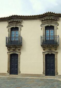 Janelas e portas oitocentistas    Pormenor da Misericórdia ( antiga residência dos Távoras).  S.João da Pesqueira