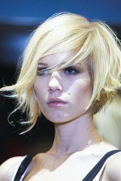 Love this cut! Short hairdo side part.
