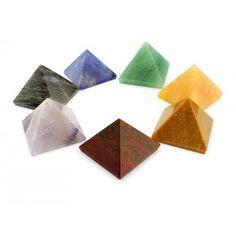 Set compuesto por siete pirámides de piedras semipreciosas correspondientes a los chakras.