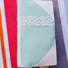 les petites créations sur Instagram: Un nouveau porte-feuille @patrons_sacotin en turquoise et dentelle parfait pour les beaux jours ! ☀️🌝 #mode #portefeuille #handmade…