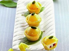 Tartellette curd al limone e fragole. Luca Montersino ci rende ancora più golosi con queste fresche tartellette con crema di limone e fragole, ideali per concludere un pranzo estivo.