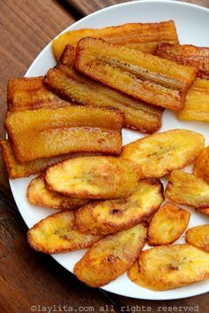 Easy recipe for fried ripe plantains or platanos maduros fritos, a must-have side dish for so many Latin dishes. Banana Plantain Recipe, Plantain Recipes, Ripe Plantain, Spanish Dishes, Spanish Food, Spanish Recipes, Fried Banana Recipes, Guatemalan Recipes, Fried Bananas