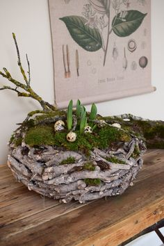 Spring decoration made with moss, quail eggs and wooden wreath. Deco spring simple - Spring decoration made with moss, quail eggs and wooden wreath. Deko Spring make yourself DIY DIY E - Diy Flowers, Crochet Flowers, Spring Flowers, Summer Decoration, Spring Decorations, Wooden Wreaths, Fleurs Diy, Diy Ostern, Quail Eggs