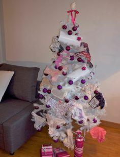 Une guirlande de culottes pour notre sapin Panty By Post ! On aura même réussi à rendre les arbres sexy  :-) #pbp #panty #cadeau #noel
