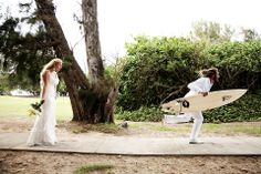 surfer-wedding-groom-with-merrick-surfboard-north-shore-oahu photo by weddings by willy meghan