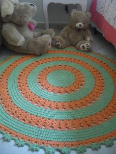 Tapete de barbante em croche redondo, nas cores verde e laranja.  Pode ser feito nas cores que combine com sua decoração!  Ótimo para decoração de quartos!  Medida: 1 metro de diametro.