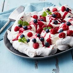 Offer your guests a sumptuous and luxurious Pavlova with raspberry curd. A dessert that is a wonderful mix of the sweet Pavlova meringue and the tart raspberry curd. Meringue Pavlova, Curd Recipe, No Bake Snacks, Frisk, Serving Dishes, Dessert Table, Deli, Cake Cookies, Raspberry