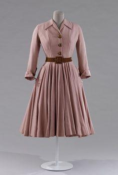 """Christian Dior, Robe """"Bonbon"""", A/H 1947 - Toile de laine rose et ceinture de peau"""
