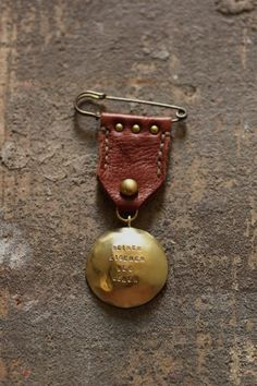 medal made of a stamped concho on leather with rivets - very butch and a bit yee-hawish Textile Jewelry, Fabric Jewelry, Diy Jewelry, Jewelery, Jewelry Making, Zipper Jewelry, Safety Pin Crafts, Fabric Brooch, Bijoux Diy