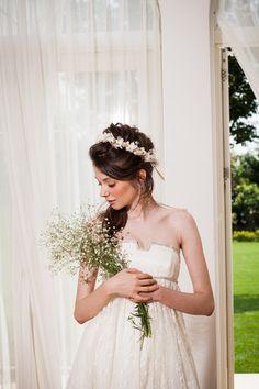 サイドにまとめたルーズスタイルに花冠を 〜エンパイアドレスに似合う髪型 ハーフアップ参考〜