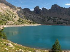 türkisblauer Bergsee in den Südalpen Frankreichs