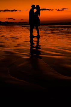 Pictures Of Love Couple, Photo Couple, Honeymoon Pictures, Beach Photos, Couples Beach Photography, Love Wallpapers Romantic, Unique Engagement Photos, Love Heart Images, Silhouette Photography