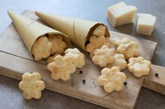 Granarolo propone la ricetta dei biscotti al pecorino e pepe. Scopri tutti gli ingredienti e le fasi di preparazione per un'ottima riuscita. Biscuits, Appetizer Recipes, Appetizers, Antipasto, Cake Cookies, Cooking Time, Finger Foods, Family Meals, Italian Recipes