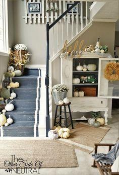Natürliche gehaltene Herbstdekoration im Eingangsbereich Flur