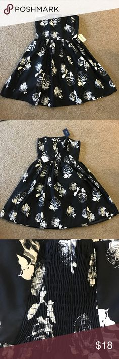 Forever 21 dress black with roses Super cute mini black dress with adorable rose prints. New with tags. Original price was $22.90 as pictured. I have a pink and black one that is similar. Size small from forever 21. Like, share, offer, and bundle😍 Forever 21 Dresses Strapless