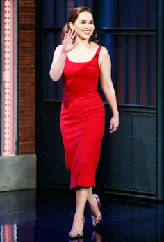 From One Petite Girl to Another: Emilia Clarke, You Are My Fashion Hero via She's busting petite fashion myths all over the place. Emilia Clarke Hot, Emelia Clarke, Celebridades Fashion, Celebrity Style Casual, Petite Women, Petite Fashion, Gorgeous Women, Beautiful People, Lady In Red
