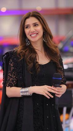 mahira in jeeto pakistan Pakistani Designer Suits, Pakistani Dress Design, Indian Designer Outfits, Designer Party Wear Dresses, Kurti Designs Party Wear, Simple Pakistani Dresses, Pakistani Outfits, Stylish Dress Designs, Stylish Dresses