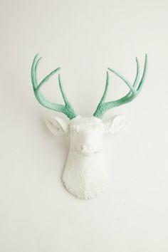 La grande tendance déco de l'année : les trophées de chasse/ en plastique, en porcelaine ou à monter soi même. Découvrez notre sélection !