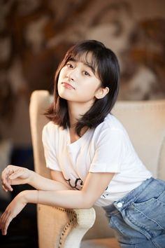 If you want a short layered bob hairstyle, there are 5 adorable haircuts out here. Check them all. Layered Bob Short, Short Hair With Layers, Meteor Garden, F4 Boys Over Flowers, A Love So Beautiful, Layered Bob Hairstyles, Chinese Actress, Pretty People, Beautiful People