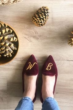 Vegan embroidery on 100% burgundy velvet cotton. Personalize your vegan and sustainable shoes! Your initials are embroidered with vegan thread. Spotlight colors: burgundy and gold. #momoc #momocshoes #planetblog #sustainableshoes #sustainablefashion #madeinspain #hechoenespaña #officelooks #velvet #ballerinashoes #ethicalfashion #ethicallymade #womensfashionover50 #womensfashionfall #shoesforwomen #officewear #officelady #officefashion #cotton #personalized #personalizedgift #burgundy