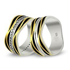 Ürün 925 ayar gümüşten imal edilmiştir.Yüzük tek parçadan oluşmaktadır.Yüzügün üst motifi siyah ve sarı yaldızdan olusmaktadir. bayanın yüzügü taşlı erkegin yüzügü taşsızdır