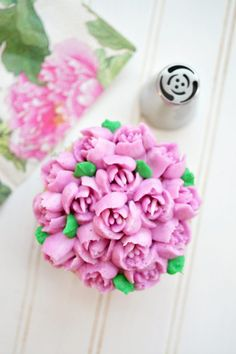 Have you ever wondered what Russian decorating tips are, and how to use them? These special tips are SO easy to use and make the prettiest frosting flowers! Decorating Jobs, Easy Cake Decorating, Cake Decorating Techniques, Frosting Flowers, Fondant Flower Cake, Fondant Baby, Fondant Cakes, Buttercream Cupcakes, Buttercream Recipe