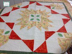 Toalha feita em patchwork, confeccionada em tecido de algodão nacional, na técnica de patchwork clássico. Qulit livre. Super elegante pra sua mesa. <br>Peça única. <br>Tamanho = 1,15 X 1,15