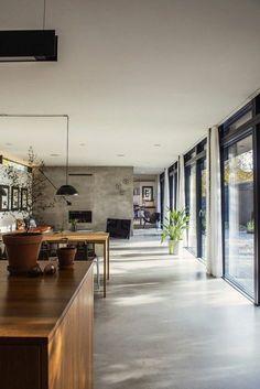 1-un-j oli-sol-en-béton-ciré-gris-pour-le-salon-contemporain-avec-un-intérieur-gris-et-portes-coulissantes.jpg (700×1048)