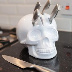 Keep your kitchen knives safely stored in this stylish white Skull Knife Block, which comes with 5 high quality stainless steel knives for any budding chef or food lover.Ironically this deadly looking Skull block actually ensures that no one comes to harm as each knife easily slides into the one of the five slots available.Whether your chopping, dicing or slicing this knife block will keep your knives to hand whenever you need them, so no more sifting through draws and cutting yourself to…