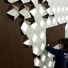 Este é o Light Form, um sistema de iluminação modular e interativo criado por Francesca Rogers juntamente com Daniele Gualeni, inspirado nos origamis. #inspiracaoversato