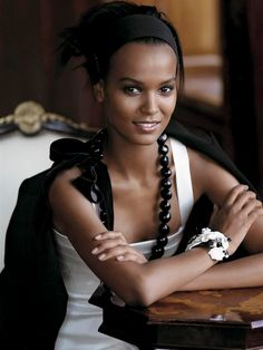 accessorizing & sitting pretty ( #liyakebede #supermodel ) ✌eace | H U M A N™ | нυмanACOUSTICS™ | н2TV™