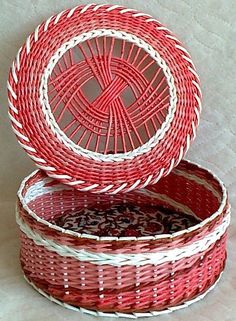 Newspaper Art And Craft, Newspaper Basket, Diy Craft Projects, Diy And Crafts, Basket Weaving Patterns, Willow Weaving, Paper Weaving, Art N Craft, Craft Bags